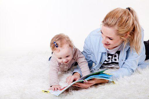 baby wordt voorgelezen